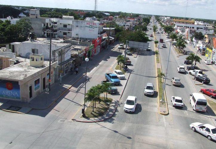 Faltan señalamientos que indiquen los límites de velocidad en la avenida. (Rossy López/SIPSE)