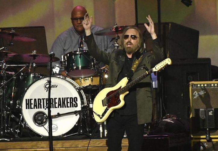 El músico Tom Petty (foto) fue reconocido por su destacada trayectoria musical en el ámbito rockanrolero.(Chris Pizzello/AP)