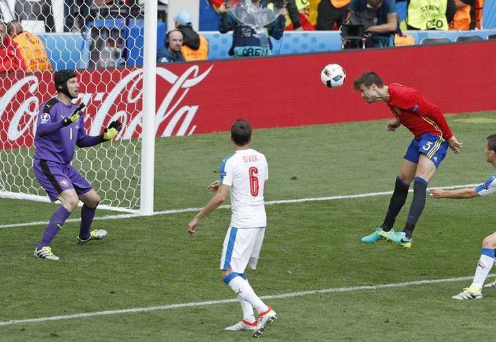 Gerard Piqué logró el tanto del triunfo cuando agonizaba el partido. ((AP Photo/Hassan Ammar))