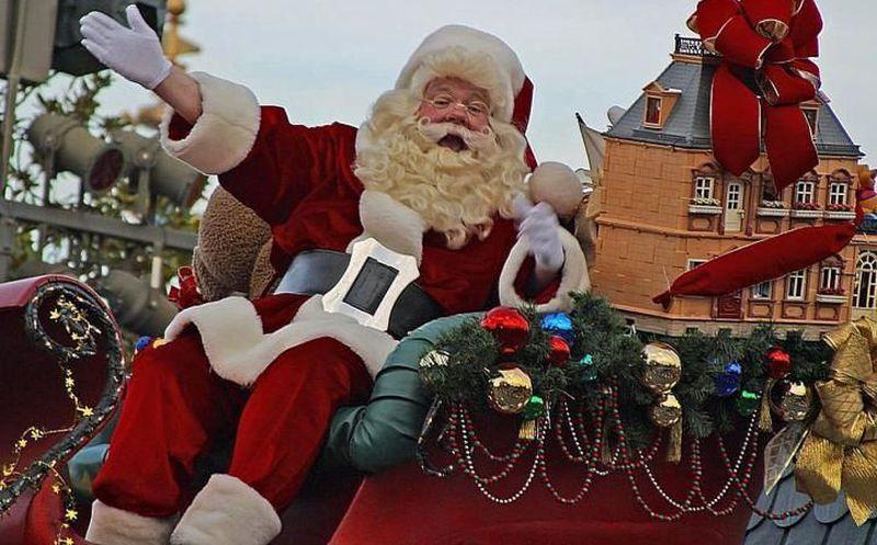 Actor que interpreta a Santa Claus se desploma frente a niños