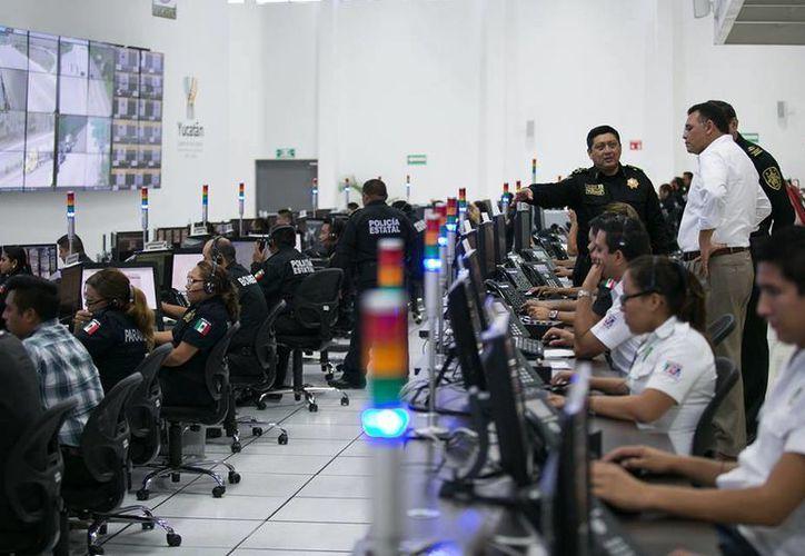 El Gobernador recorrió la Unidad de Monitoreo e Inteligencia Policial este domingo. (Facebook/Gobierno del Estado de Yucatán)