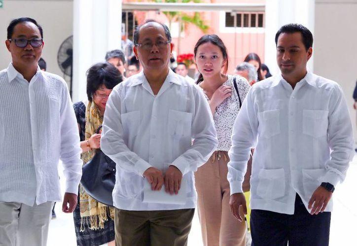 El secretario general de Chengdu, Qiu Haiming (izq) y el Alcalde de Mérida, Mauricio Vila, quien presidió la rúbrica de la carta de intención. (Milenio Novedades)