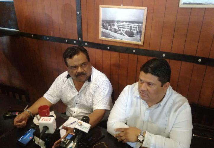 Adolfo Arévalo Cortés y su abogado explicaron a la prensa la situación que guarda la condena de los homicidas de tres miembros de la familia Arévalo Cortés, en 2010.  (Daniel Tejada/SIPSE)