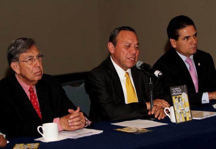 Jesús Zambrano, quien en esta foto aparece escoltado por Cuauhtémoc Cárdenas (i) y Silvano Aureoles, todos ellos perredistas, lamentó el robo y quema de boletas durante las elecciones internas en el PRD. (Notimex/Foto de archivo)