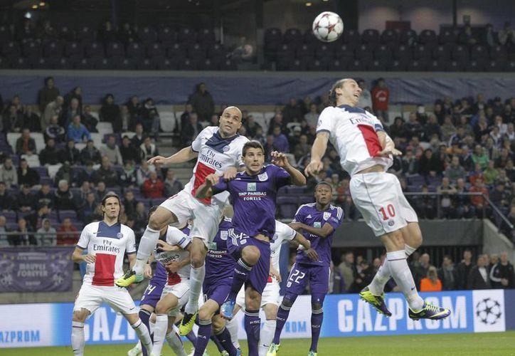 En la recta final de su carrera Ibrahimovic (d) sigue dando grandes exhibiciones ofensivas. (Agencias)