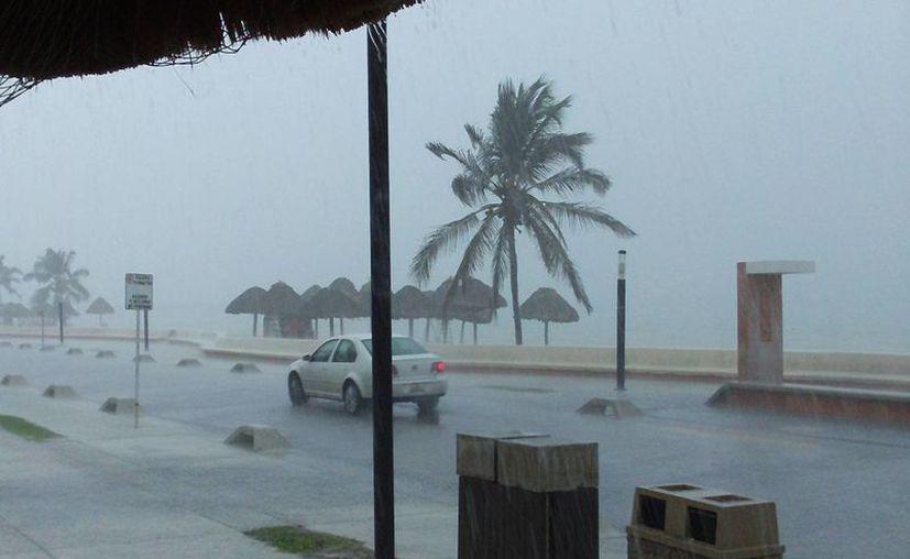 La zona del malecón durante la fuerte lluvia. (Manuel Pool/SIPSE)