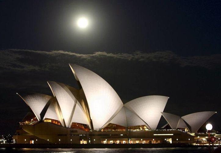 El edificio de la ópera de Sidney, en Australia, es uno de los lugares que participará en la iniciativa de iluminarlos de azul el próximo 24 de octubre, aniversario de la ONU. (EFE/Archivo)