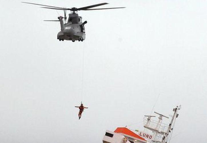 La tripulación de 12 hombres fue evacuada, y vehículos de rescate estaban en el lugar para brindar atención médica. (Agencias)