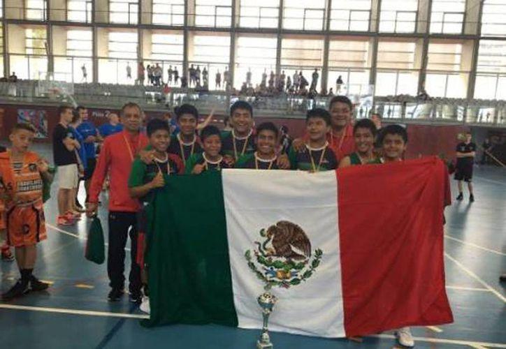 El equipo Triqui de baloncesto celebra su victoria con la bandera mexicana, este domingo en Barcelona. (Twitter: La afición)