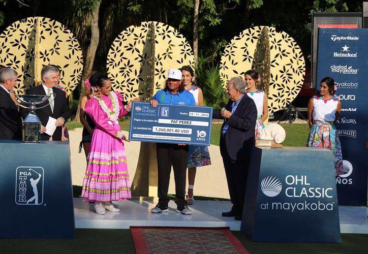 Entrega de premio en el final del Classic Mayakoba de Golf. (Israel Leal/SIPSE)