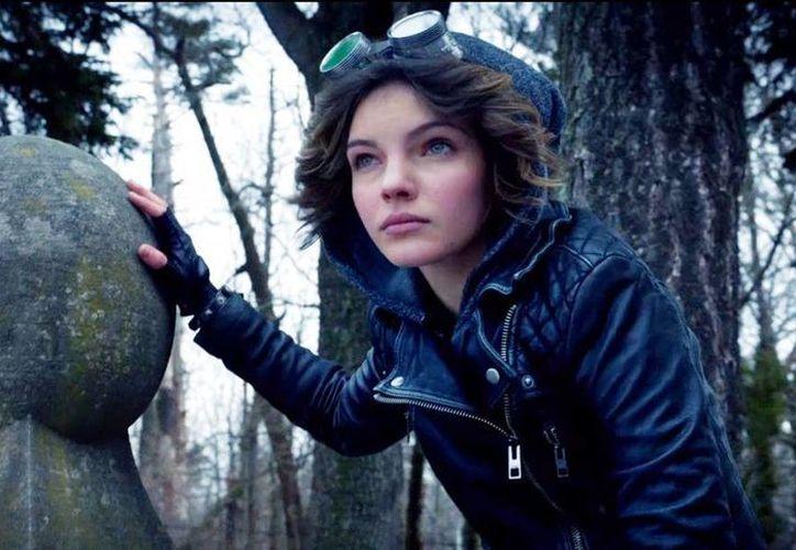 La actriz  Camren Bicondova interpreta a  Catwoman (Gatúbela) en la serie Gotham. (steampunkgoggles.com)