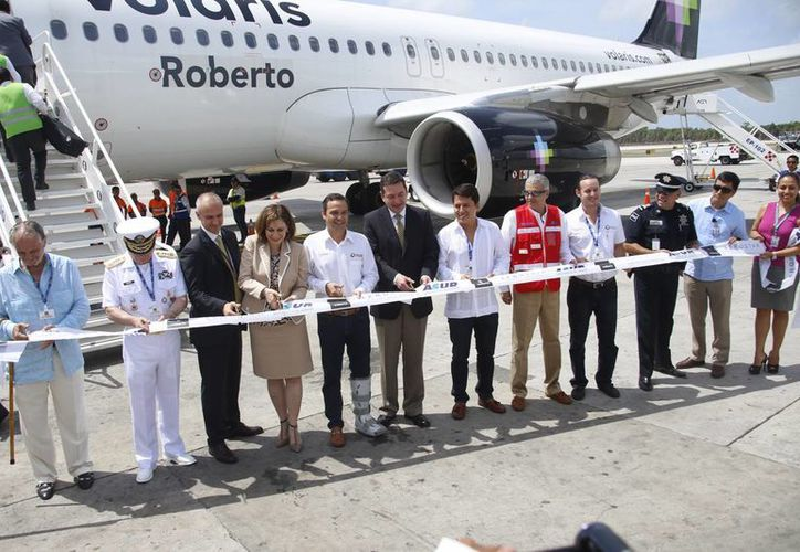 Corte del listón de la nueva ruta de Volaris en el aeropuerto de Cancún. (Israel Leal/SIPSE)