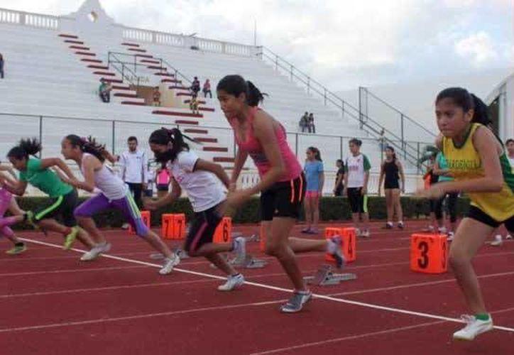 El XXVIII edición del Campeonato Invernal de Atletismo se realizan como parte del 77o. aniversario del estadio 'Salvador Alvarado'. (Milenio Novedades)