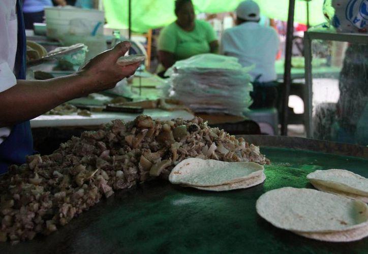 La comida que se expende en los tianguis de Cancún no cuenta con las medidas sanitarias necesarias. (Consuelo Javier/SIPSE)