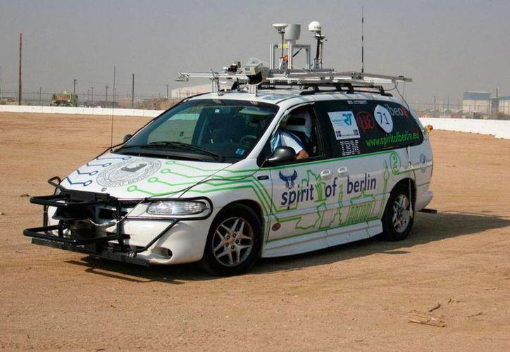 El mexicano Raúl Rojas tiene 4 patentes de autos autónomos e inteligenes, lo que permite a los vehículos operar sin necesidad de llevar un ser humano al volante. La imagen es de contexto y corresponde al proyecto 'Espíritu de Berlín', en el que participa el mexicano. (Archivo/thecarconnection.com)