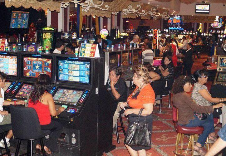 Usuarios pasan hasta 72 horas continuas en los casinos de la Zona Libre de Corozal, Belice, dejando a un lado sus obligaciones en el hogar. (Paloma Wong/SIPSE)