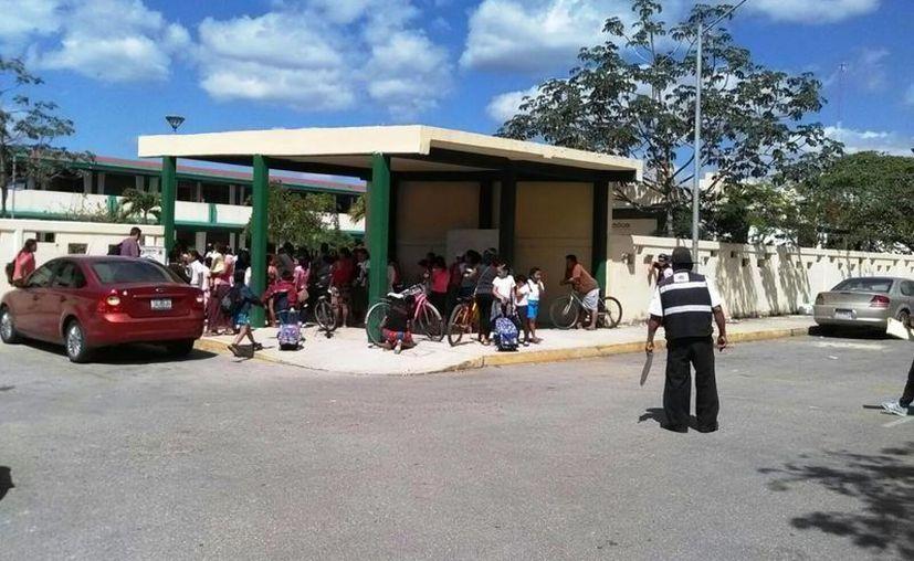 Padres de familia de Playa del Carmen se quejan de tener que tomar hasta tres autobuses para llevar a sus hijos a clases. (Octavio Martínez/SIPSE)