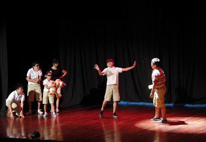 Niños actores condujeron al público a través de los terrenos imaginarios. (SIPSE)