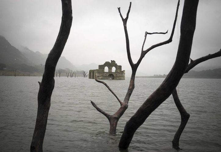 En 2002 fue posible caminar en el interior de las ruinas del templo de Santiago Apóstol, que quedó inmerso en las aguas de la presa Nezahualcóyotl. (AP)