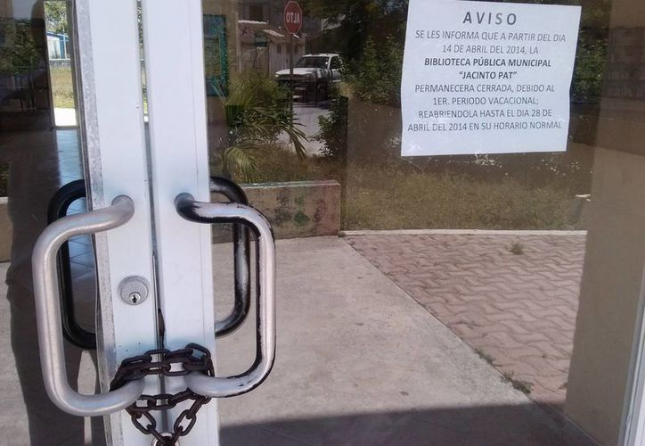 Con cadena, candado y un aviso recibe hoy a los lectores la biblioteca pública de Tulum.  (Rossy López/SIPSE)