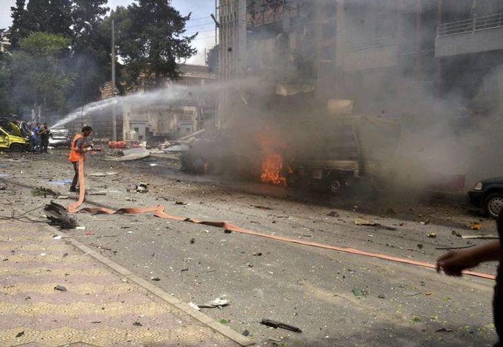 Miembros del cuerpo de bomberos tras los ataques con cohetes en Alepo, Siria, este martes 3 de mayo. (EFE)