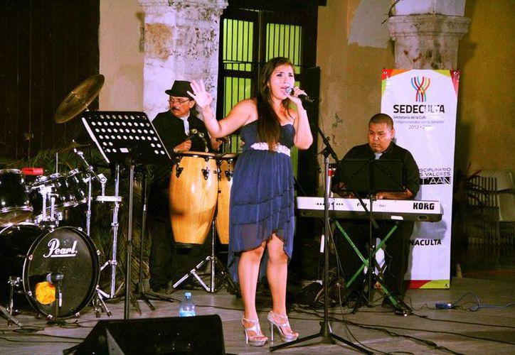 La cantante Karla Valdez durante su concierto en la Casa de la Cultura en el centro de Mérida. (Milenio Novedades)