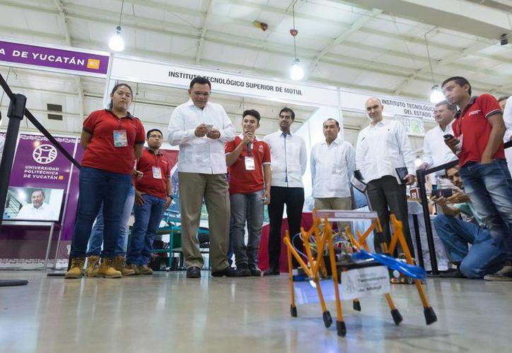 El gobernador Rolando Zapata conoció proyectos e invenciones científicas de estudiantes yucatecos en la 19 edición de la Feria de Ciencia y Tecnología. (Foto cortesía del Gobierno)