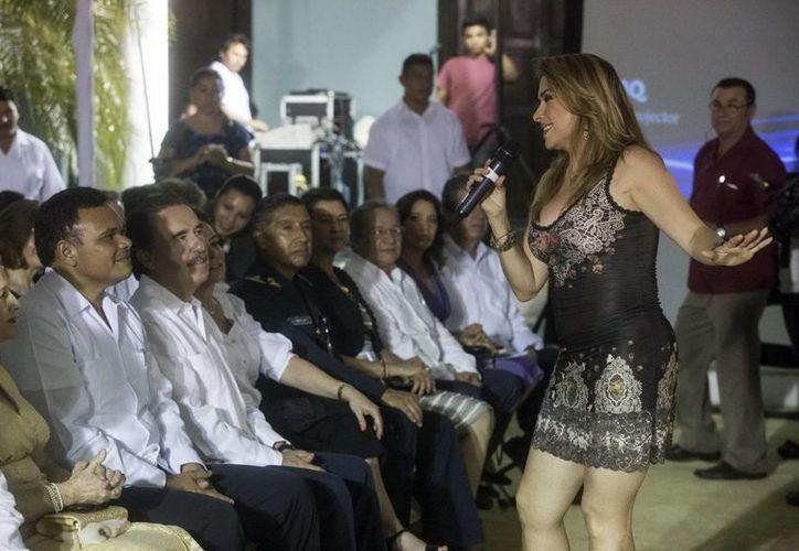 Durante el homenaje a Josefina Patrón Méndez, la cantante Dulce hizo su aparición. (Milenio Novedades)