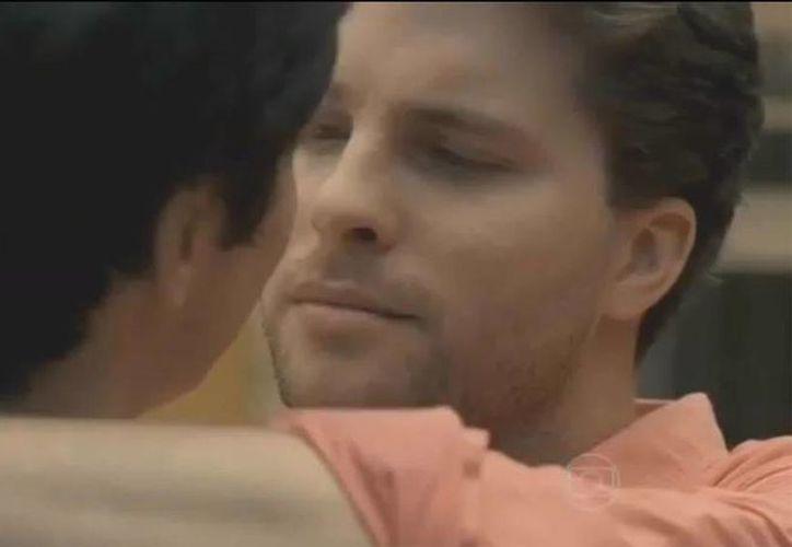 Escena del primer beso gay en una telenovela en Brasil. El hecho fue considerado histórico para la televisión de ese país. (YouTube)