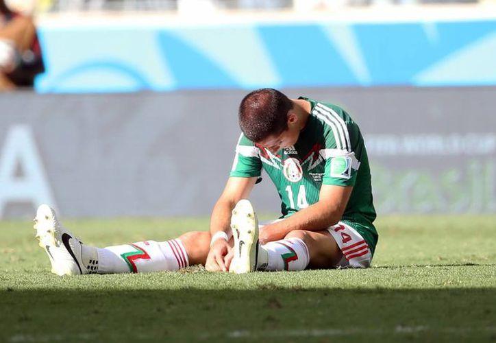 'Chicharito' Hernández, abatido tras la eliminación de México del Mundial a manos de Holanda, que entonces era dirigida por Louis Van Gaal. (Notimex)