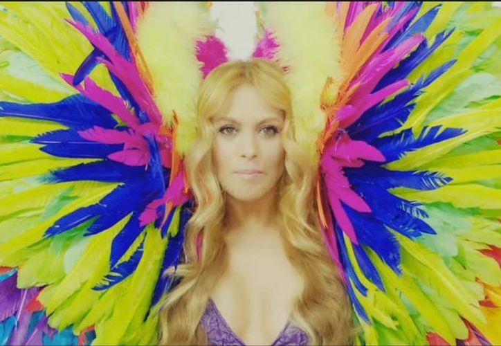 Paulina Rubio dio a conocer el videoclip de su nuevo tema 'Si te vas', el cual interpreta junto a Alexis Y Fido. En el video se puede ver a la cantante rodeada de colores. (Captura de pantalla)