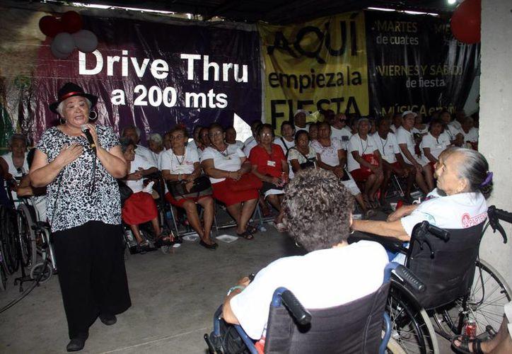A ritmo de jarana, cha cha chá y cumbia, abuelos y abuelas festejaron su día en  sede de la Asociación para la Atención de Personas de la Tercera Edad y Niños Discapacitados A.C. (SIPSE)