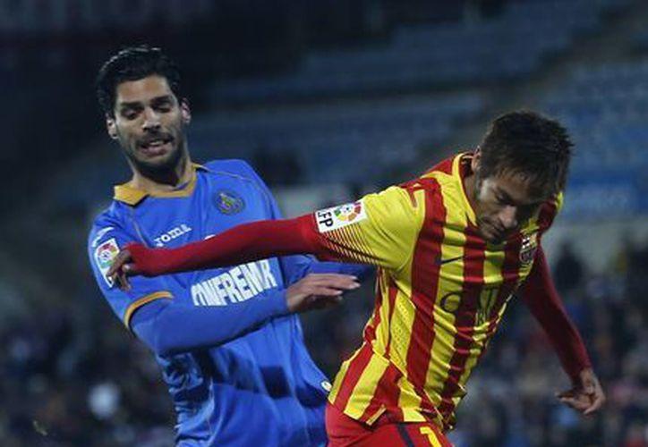 Neymar (d) disputa un balón con Angel Lafita, del Getafe, antes de lastimarse una pierna en duelo por la Copa del Rey. (Agencias)