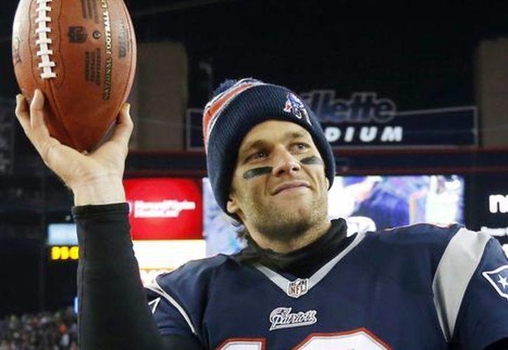 Tom Brady deberá cumplir sus cuatro partidos de suspensión en la NFL, pues su apelación en el caso del Deflategate no prosperó. El jugador de Patriots aparece en foto de archivo de 2015. (AP)