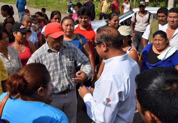 Un grupo de 250 pobladores bloqueó con ramas el tramo carretero en la entrada a esa comunidad. (Javier Ortíz/SIPSE)