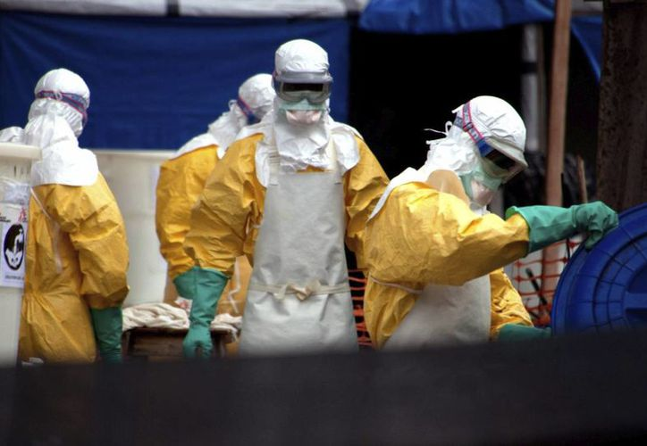 Fotografía de personal sanitario con trajes de protección contra el ébola. (Archivo/EFE)