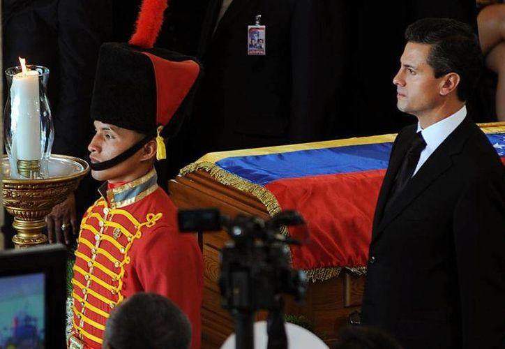 El presidente Enrique Peña Nieto haciendo guardia de honor en el funeral de Chávez. (facebook.com/EnriquePN)