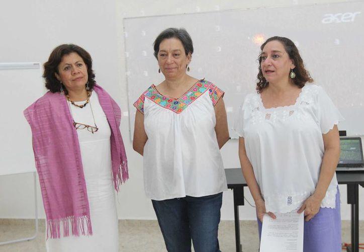 María Herrera Páramo, directora del Instituto de la Mujer, con expertas que imparten la capacitación. (SIPSE)