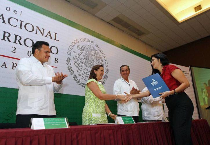 En el Foro, la secretaria de Turismo, Claudia Ruiz Massieu recibió los documentos correspondientes a los cinco ejes de trabajo que conforman el PND. (Cortesía)