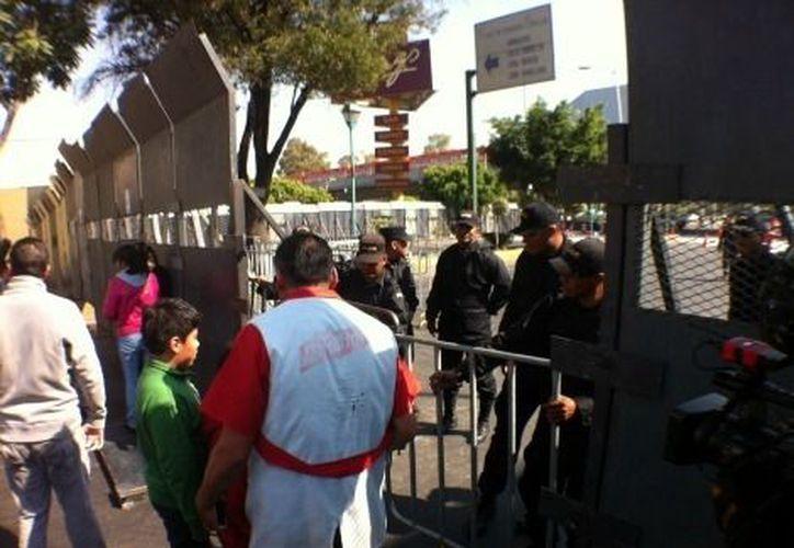 Vecinos y transeúntes se dijeron molestos, al no poder pasar por ninguna calle en el perímetro. (Iván Macías/Milenio)