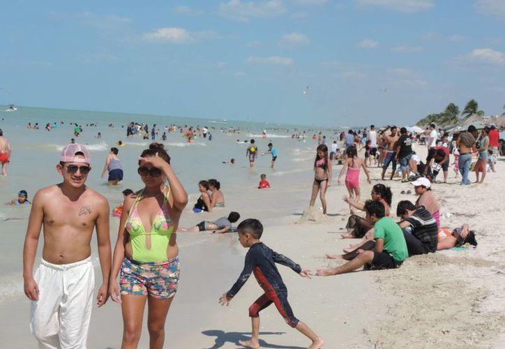 Este domingo miles de personas disfrutaron del sol y las playas yucatecas. (Manuel Pool/SIPSE)