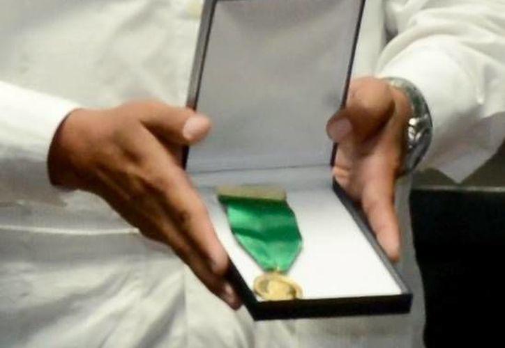 La medalla tiene en su anverso y al centro, la efigie del rostro de Cecilio Chi. (Cortesía/SIPSE)