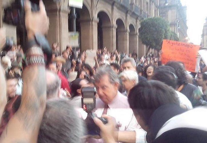 La presencia de Cuauhtémoc Cárdenas incomodó a varios manifestantes que marchaban para exigir una solución al caso Iguala. (Twitter.com/@ActivismoRebeld)