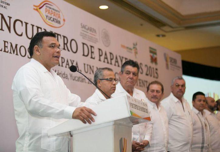 El gobernador Rolando Zapata presidió la inauguración del 8vo encuentro anual de papayeros. (Foto: cortesía del Gobierno de Yucatán)