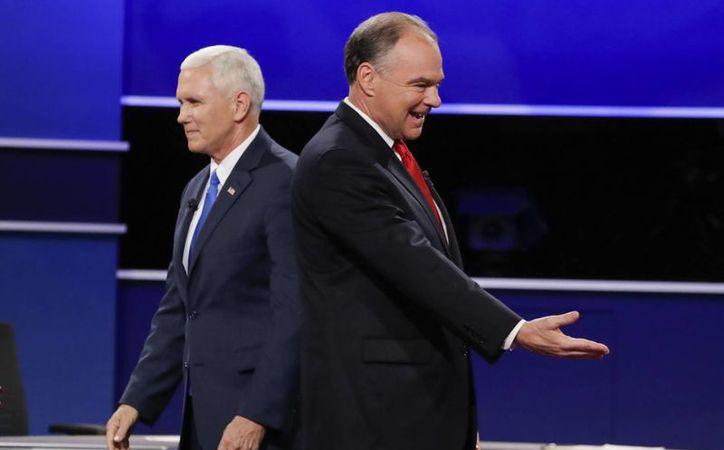 El republicano Mike Pence (izq) y el demócrata Tim Kaine (der) al finalizar el debate que sostuvieron este martes. (AP/David Goldman)
