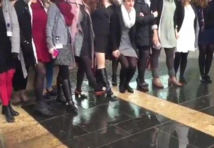 Unas 40 mujeres que trabajan en la Knesset se presentaron el pasado miércoles ante los guardianes del decoro ataviadas con faldas o vestidos cortos, en protesta por el nuevo reglamento de pudor. (Captura de pantalla/Twitter)