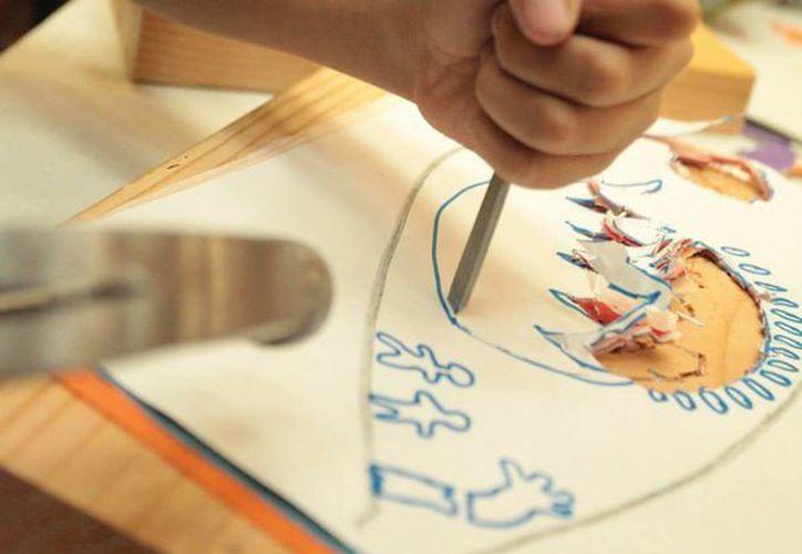 Niños mexicanos crearon, con ayuda de la artista, las alas de las palomas que formarán parte de la escultura del proyecto Uplift. (Fotografía de Heriberto Ibarra/Tomada del Facebook de la artista Margarita Cabrera)