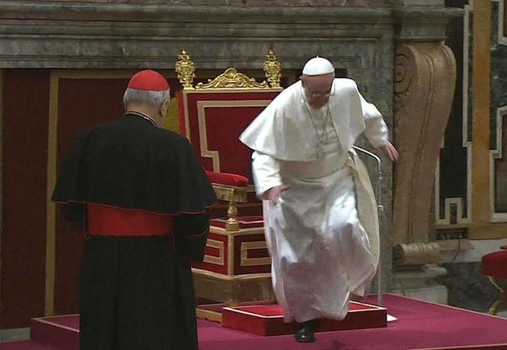 El resbalón del Pap Francisco no tuvo consecuencias. (Agencias)