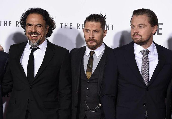 El director de la nueva película 'The Revenant' junto a sus protagonistas Tom Hardy y Leonadro DiCaprio, esto durante la premiere mundial en Los Ángeles. (AP)