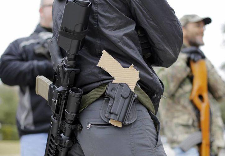 Pese a que es casi un hecho que en Texas se podrán portar armas a la vista en las calles, quienes las posean tendrán que tener permiso para portarla sus pistolas en una funda visible. (Foto:AP)
